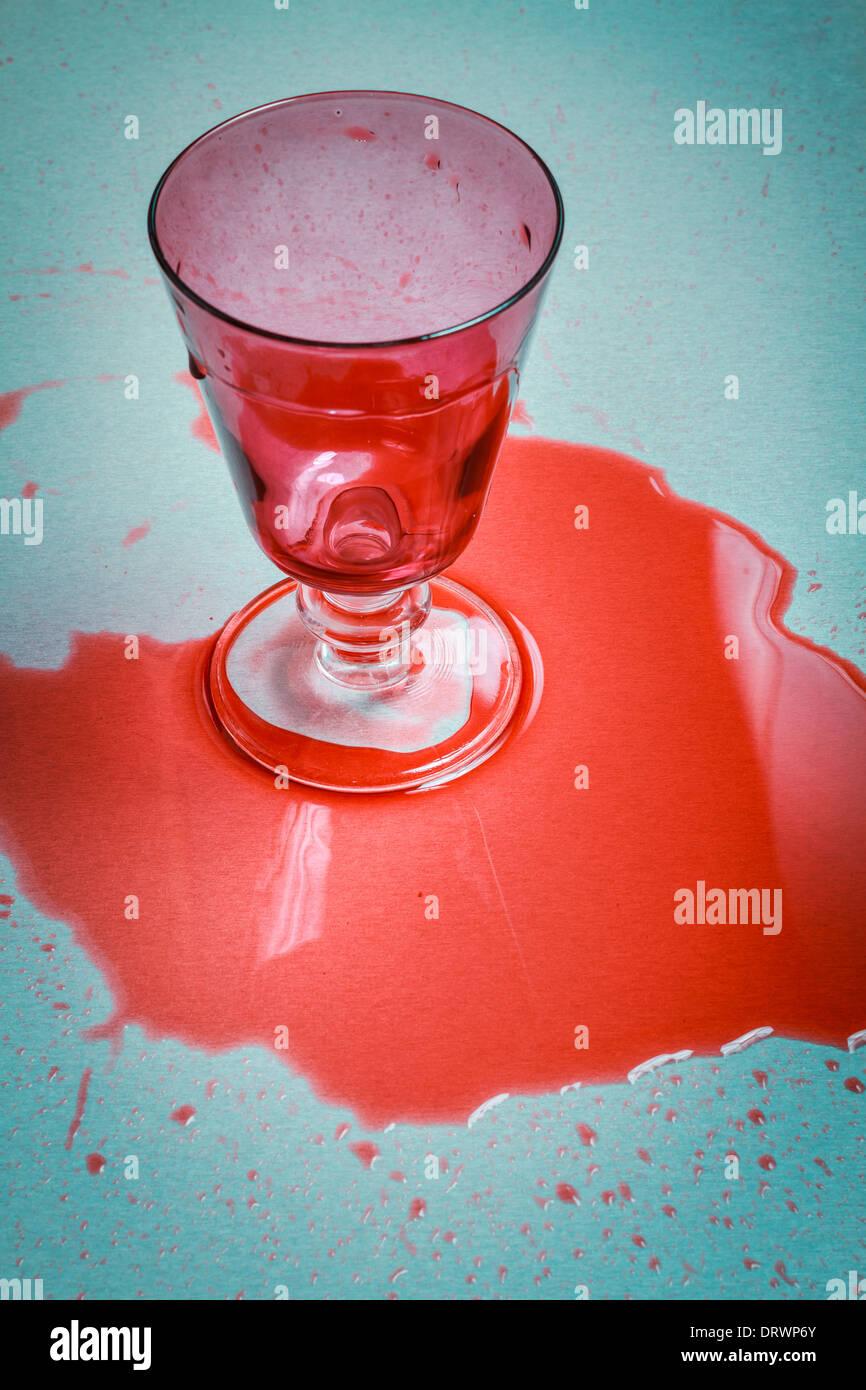 Glas verschüttete Rotwein auf Tisch. Stockbild