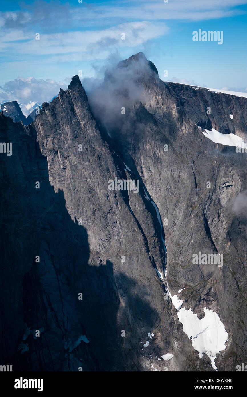 Luftaufnahme der peak Store Trolltind (oben Mitte) in Tal Romsdalen, Østfold, Norwegen. Stockbild