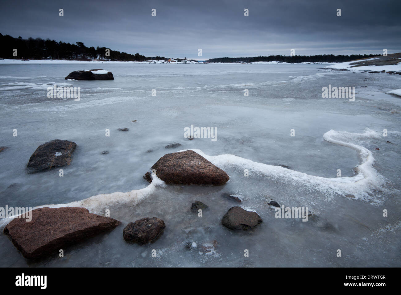 Küsten Winterlandschaft am Oslofjord, im Ofen in Råde Kommune, Østfold fylke, Norwegen. Stockbild