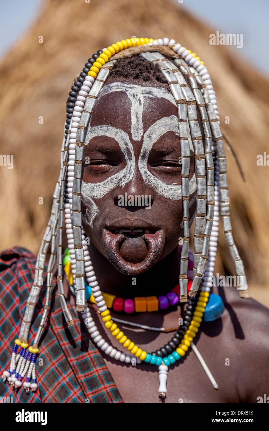 Porträt einer Mursi-Frau, Mursi Tribal Village, der Omo-Tal, Äthiopien Stockbild