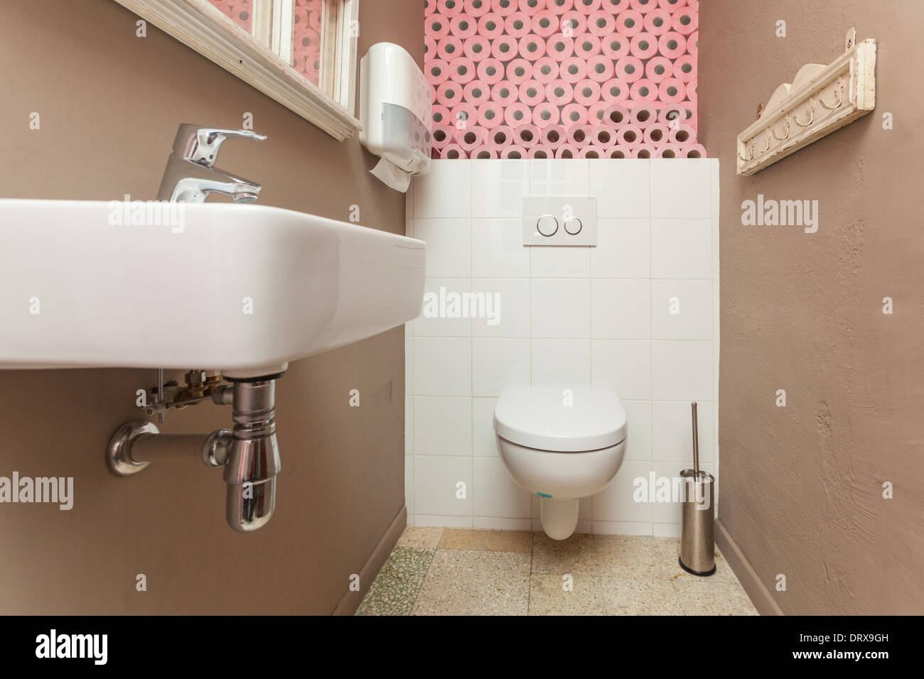 Kleine Wc Raum Mit Toilette Und Ein Waschbecken Mit Rosa
