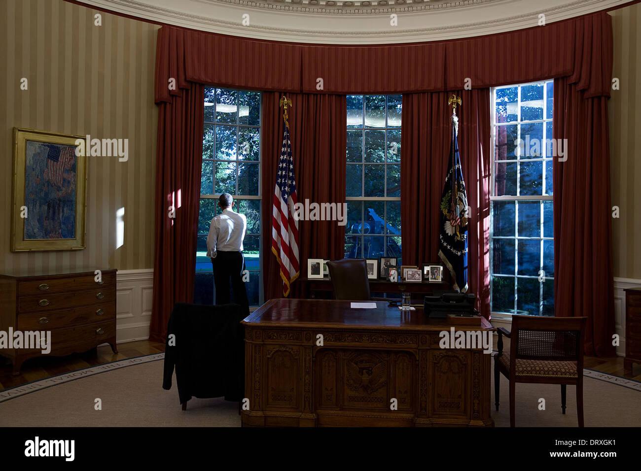 US-Präsident Barack Obama aus dem Fenster des Oval Office des weißen Hauses 17. September 2013 in Washington, DC sieht. Stockbild