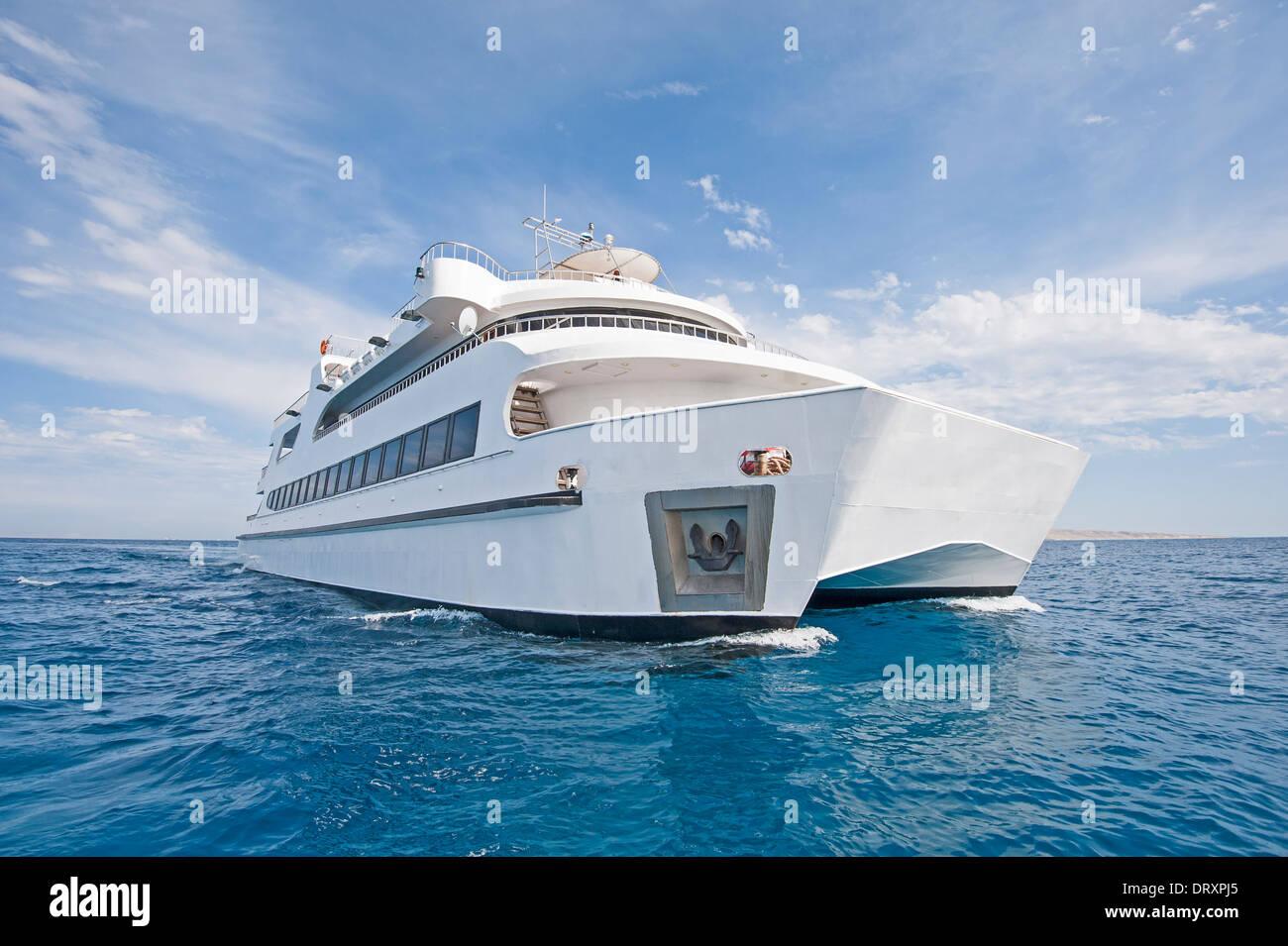 Katamaran segeln luxus  Großen Stahl Luxus private Katamaran Motoryacht Segeln auf dem Meer ...