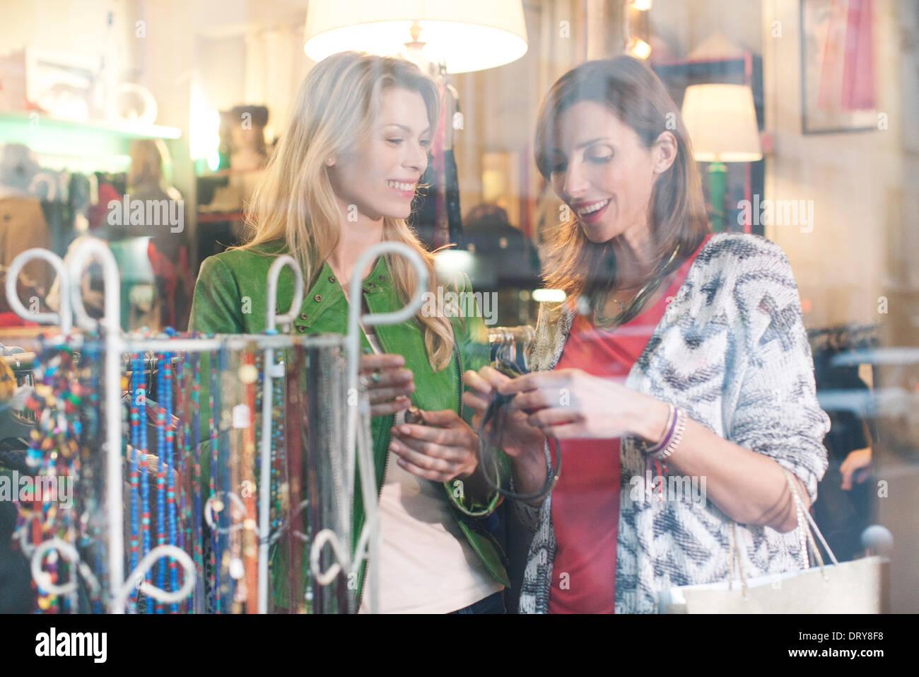 7f6381e19e Frauen in Kleidung Ladengeschäft einkaufen Stockfoto, Bild: 66367596 ...