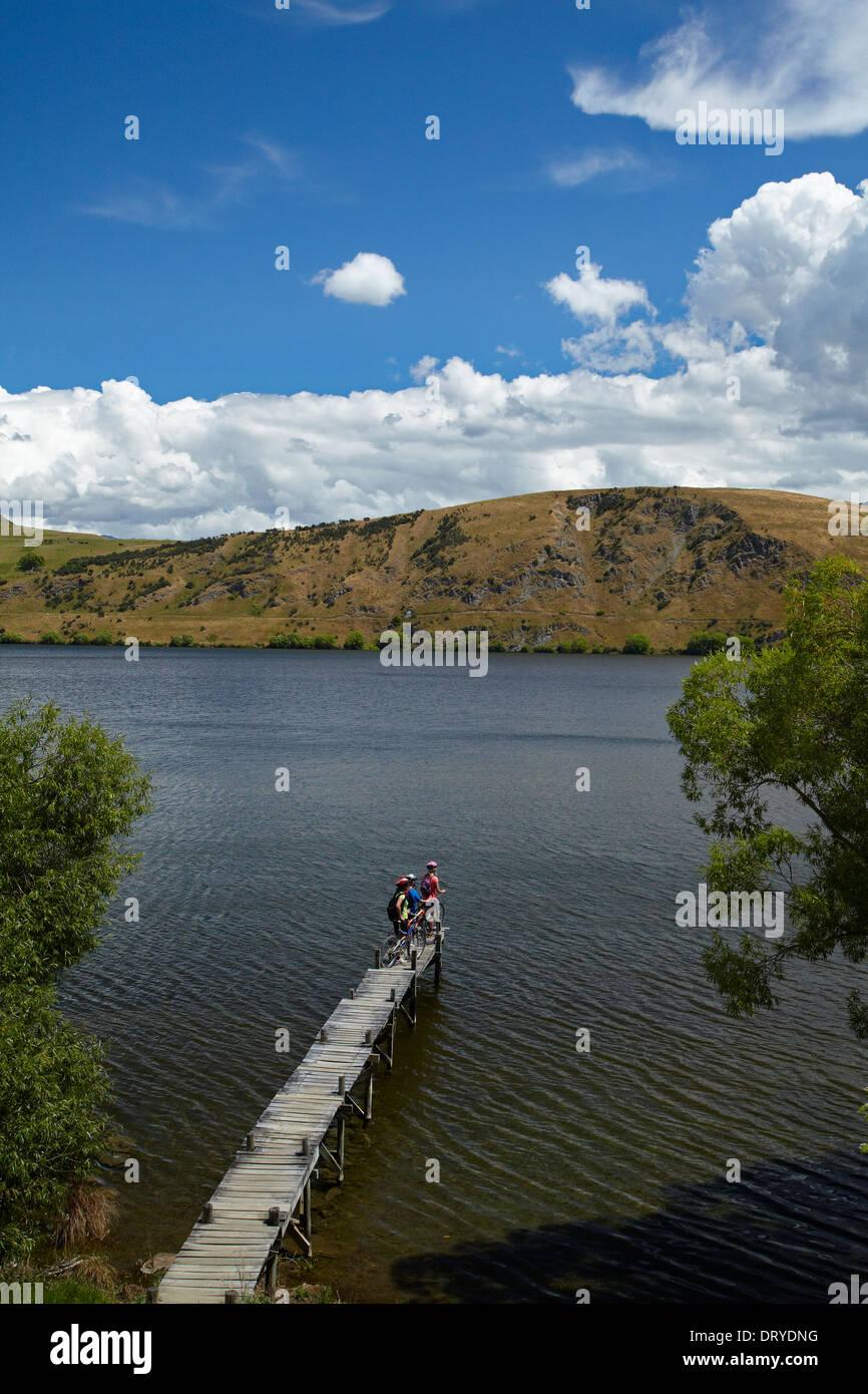 Mountainbiker auf See Hayes Schaltung, Lake Hayes, in der Nähe von Queenstown, Otago, Südinsel, Neuseeland Stockbild