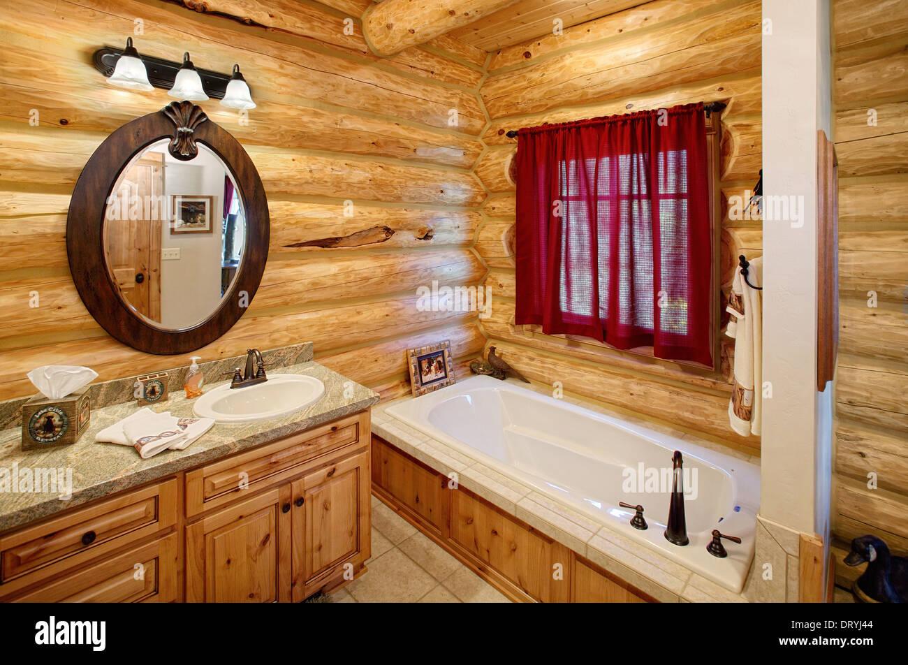 Das Badezimmer Interieur in einem modernen Blockhaus. Freuen Sie