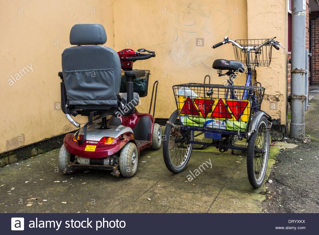 Mobilität Roller und Dreirad nebeneinander geparkt Stockbild