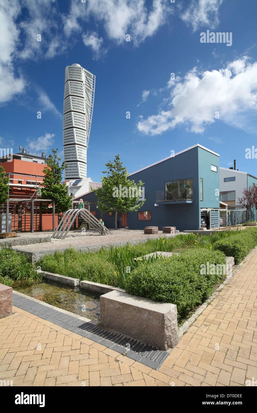 Ein Spielplatz, Wasser und viel Grün zwischen den Häusern in Vastra Hamnen, einem neuen nachhaltigen Vorort von Malmö, Schweden. Stockbild
