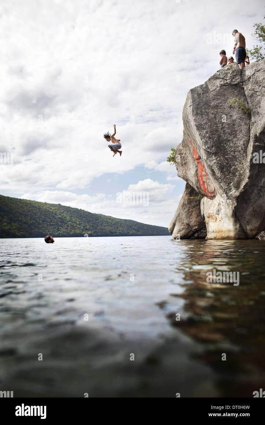 Massachusetts USA Gruppe von jungen Leuten aus Cliff See springen Stockbild