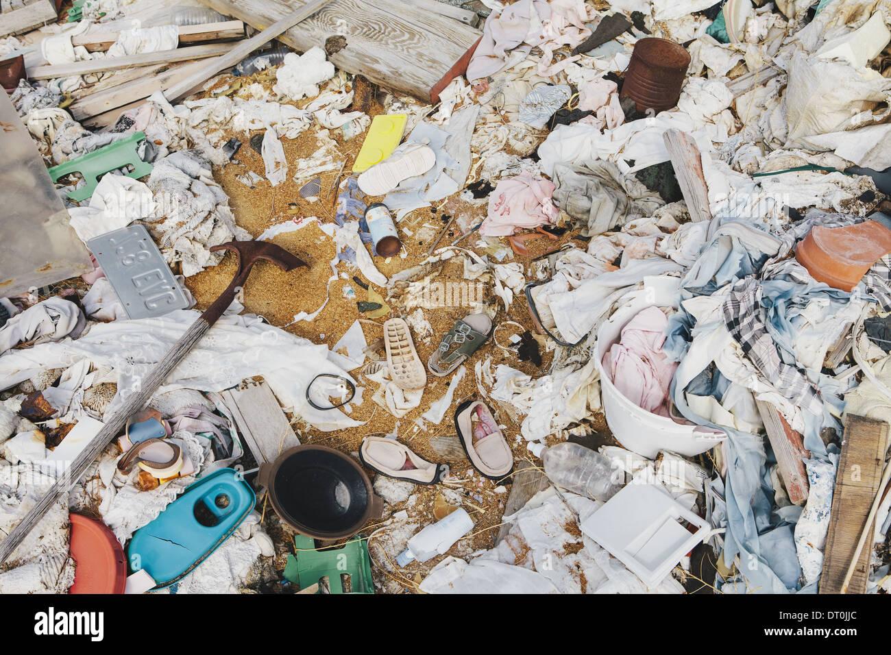 Haufen Müll weggeworfen hölzernen Pflanzen Kunststoff Stockbild