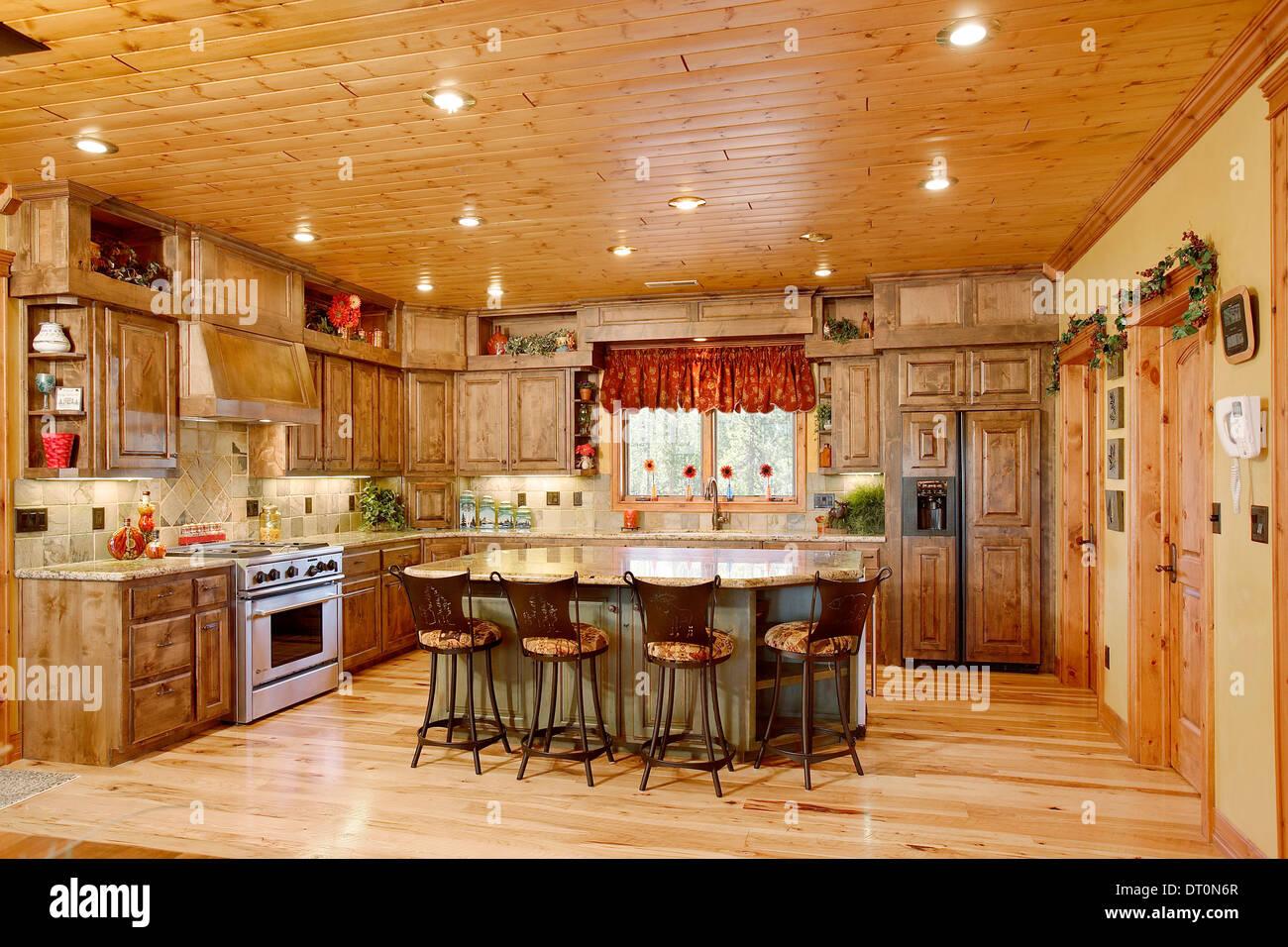Die Küche in einem modernen Blockhaus Stockfoto, Bild: 66399503 - Alamy