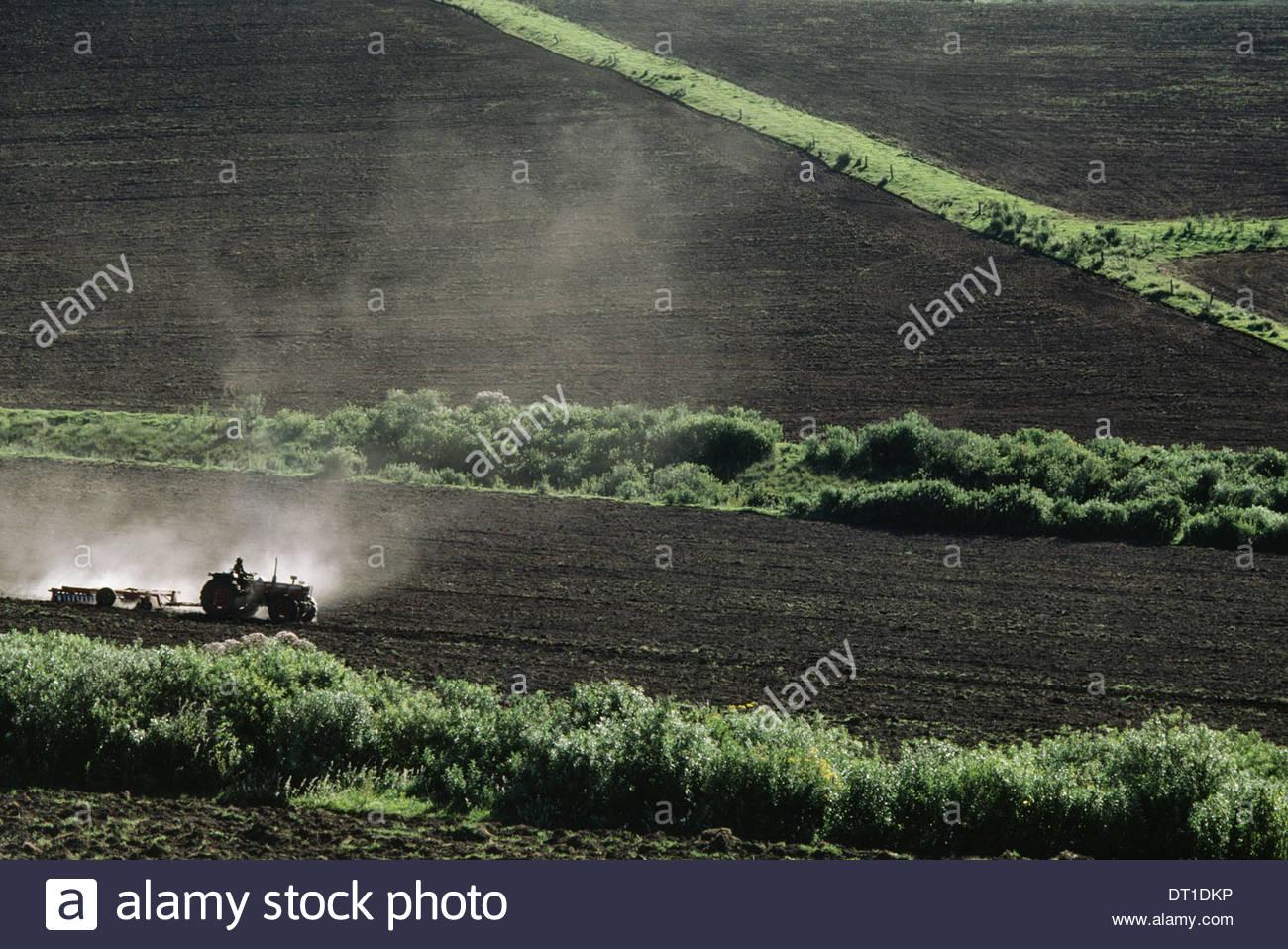 Kenia-Traktoren Körper Boden Bauernhof gelöscht vor kurzem Kenia Stockbild