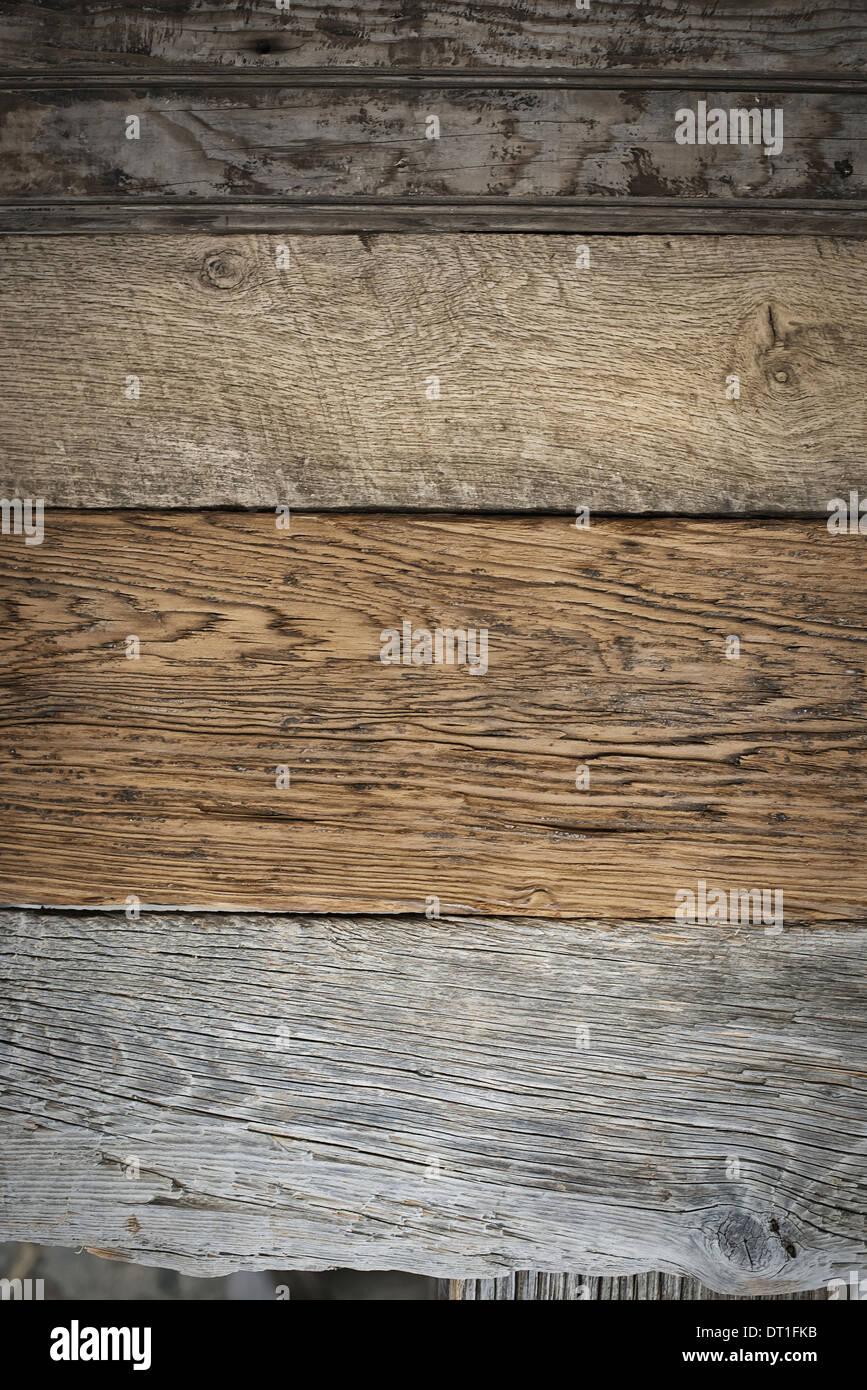Ein Haufen von recycelten aufgearbeiteten Holzbohlen Holz ökologisch verantwortliche Holzarten mit Maserung und Farbe details Stockbild