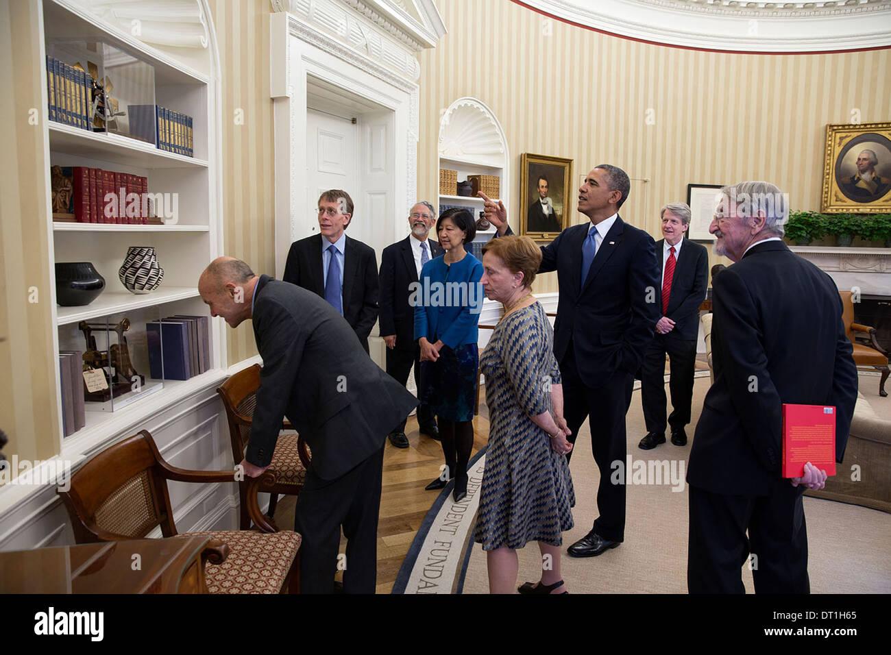 US-Präsident Barack Obama weist darauf hin mehrere patent-Modelle beim Treffen mit dem amerikanischen Nobelpreisträger 2013 und deren Ehepartner im Oval Office des weißen Hauses 19. November 2013 in Washington, DC. Stockbild