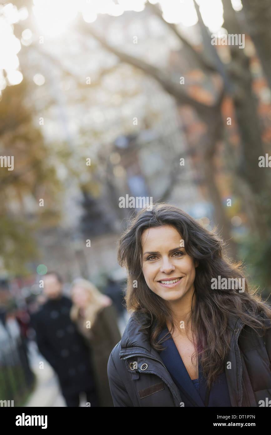 Gruppe zu Fuß im Stadtpark Frau vor Stockfoto