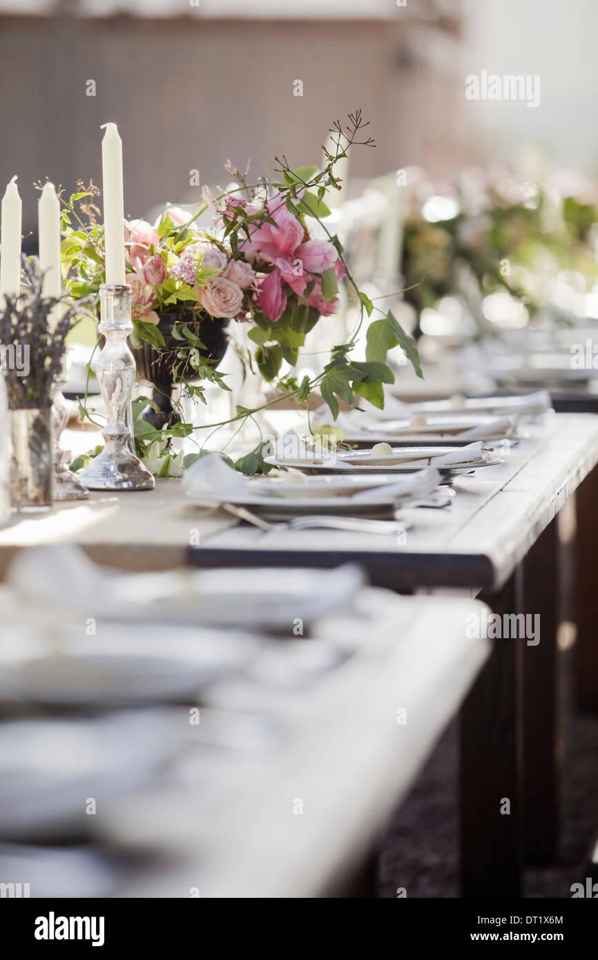 Eine formelle Hochzeit Frühstückstisch für ein Fest frische Blumen in die Mitte gelegt Stockbild