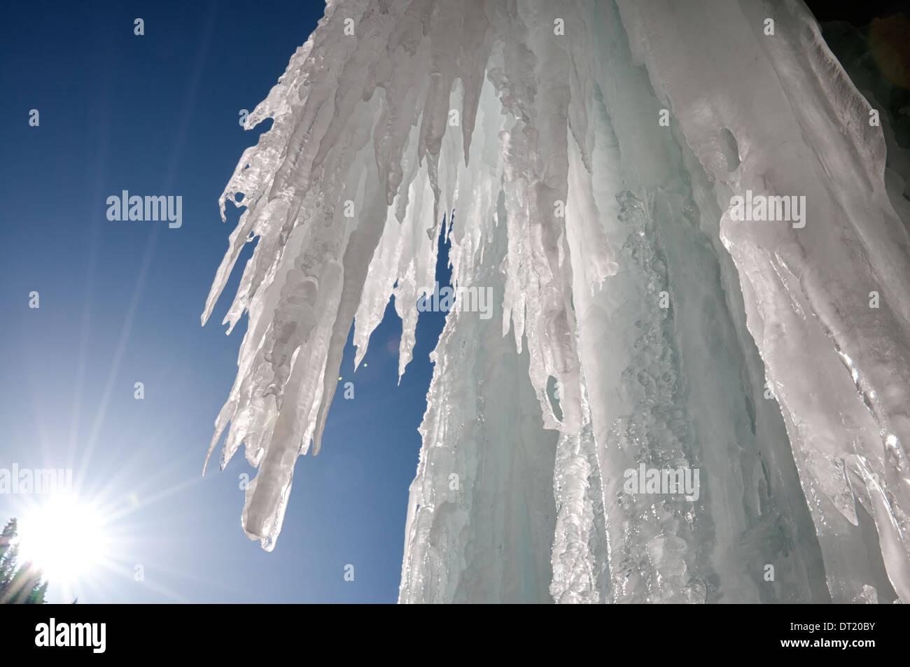 Eiszapfen am Winter Eisfall und Sonne Stockbild