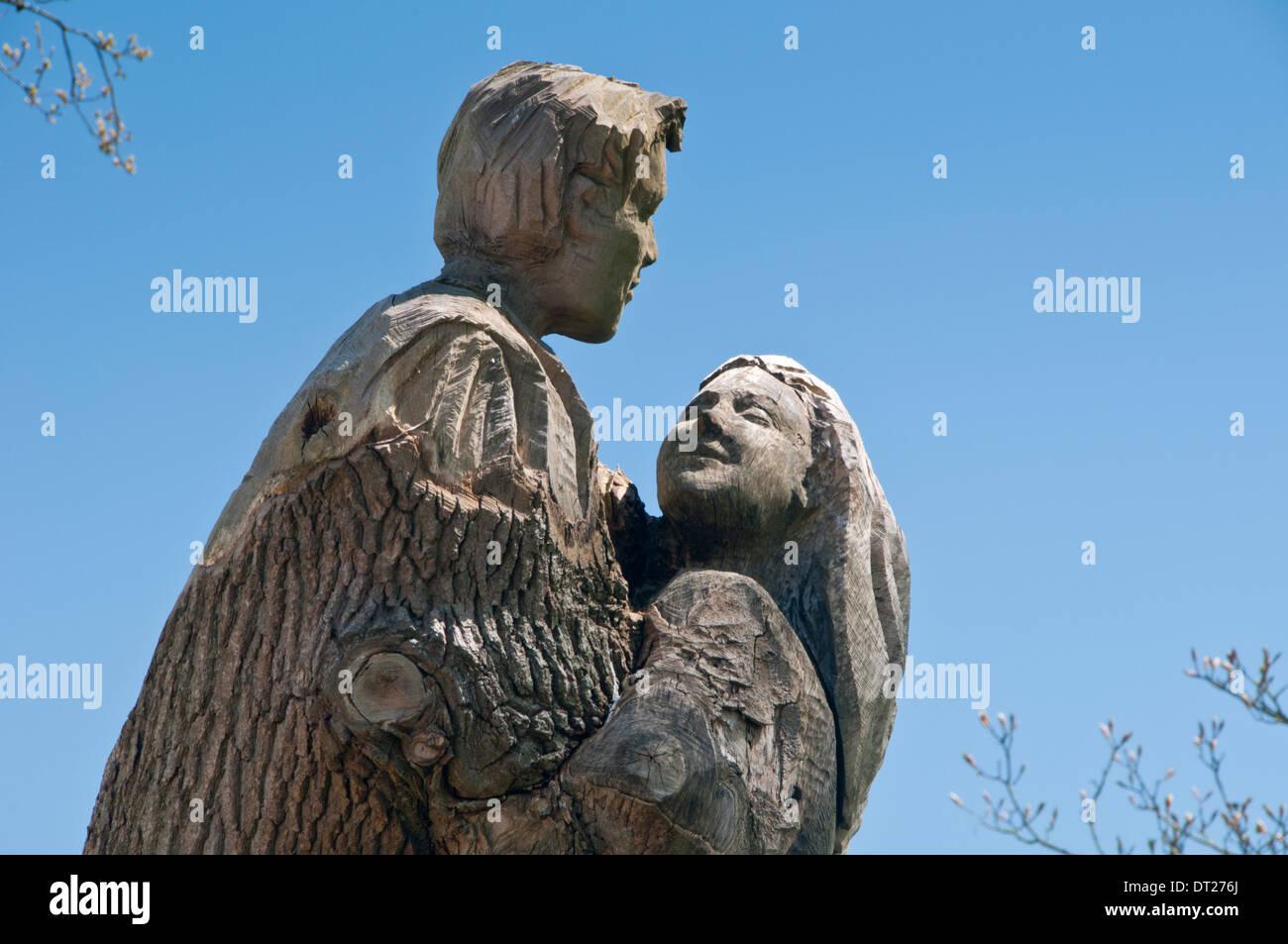 Romeo & Julia Skulptur geschnitzt aus einem Baumstamm Stockbild