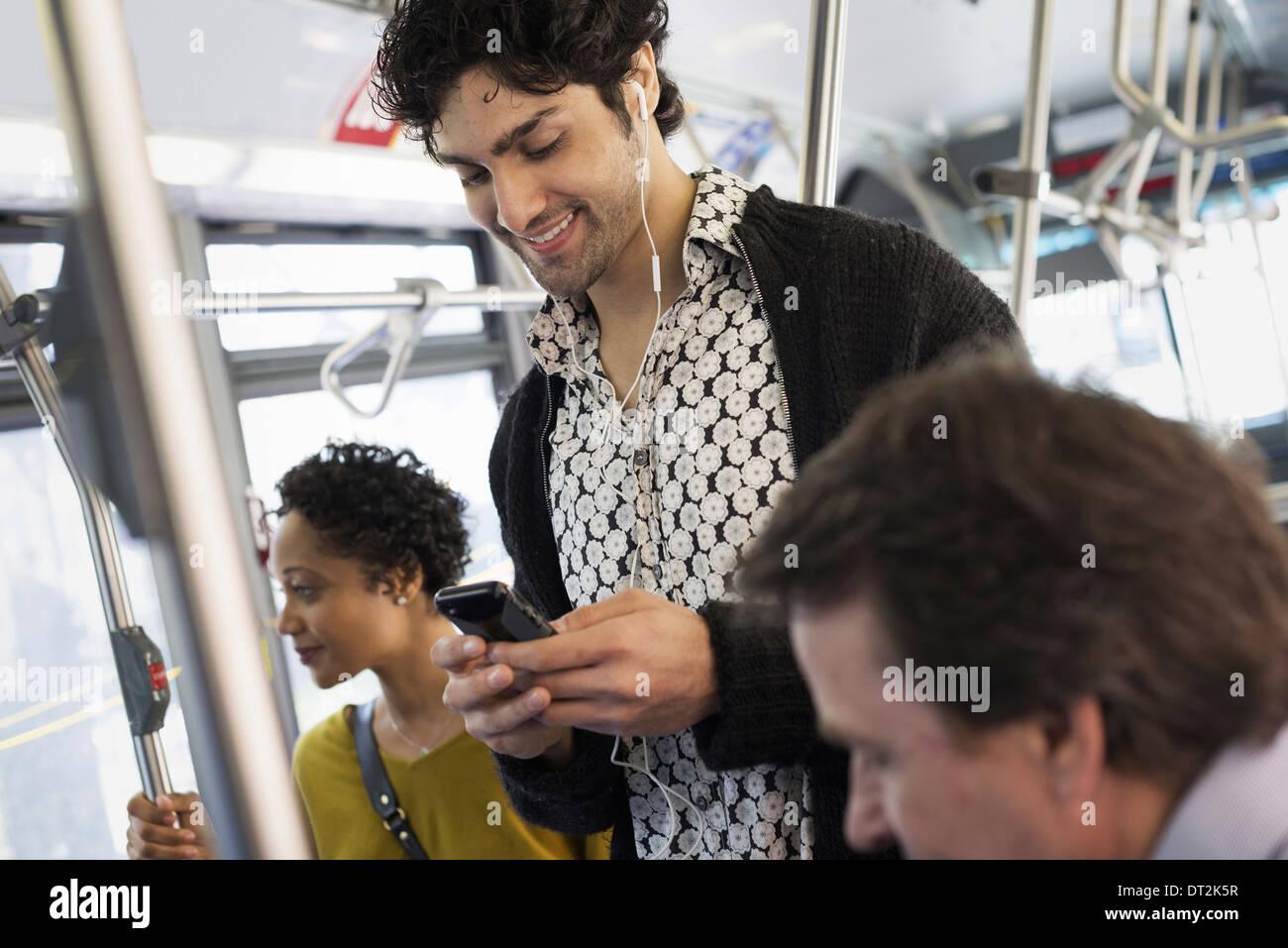New York City Park Menschen Männer und Frauen auf einem Stadtbus ÖPNV in Kontakt zu bleiben, einen jungen Stockbild