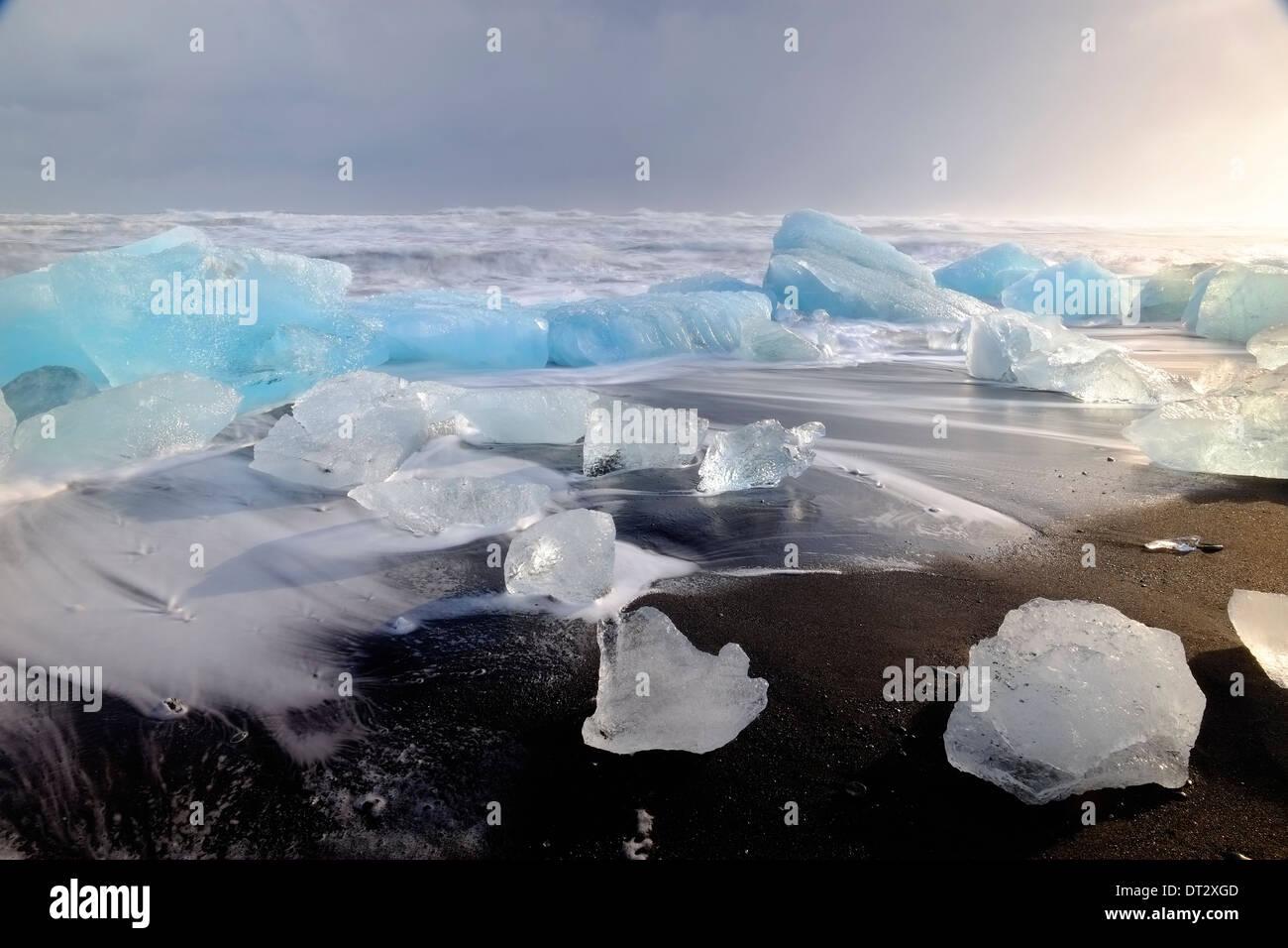 Eisberge und Wellen am Jökulsárlón Strand, Polarregion, Südisland Stockbild