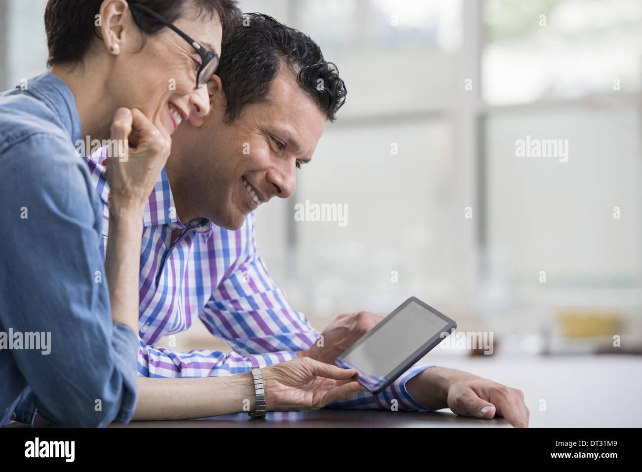 profis im b ro ein hellen und luftiger ort der arbeiten zwei personen sitzen an einem. Black Bedroom Furniture Sets. Home Design Ideas