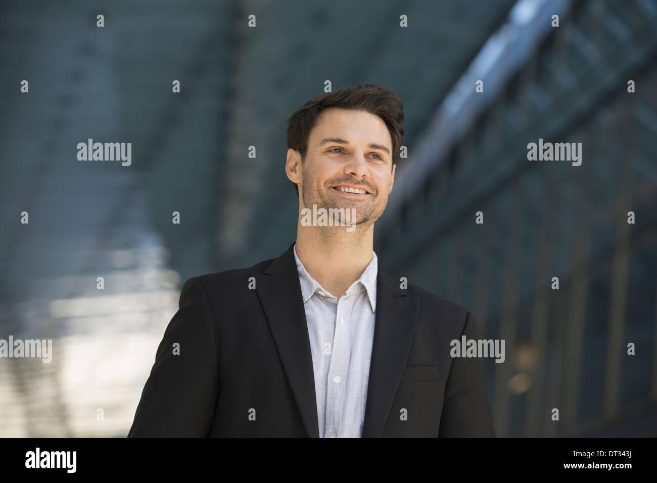 Ein Mann in einer schwarzen Jacke und offenes Hemd mit Kragen Stockbild