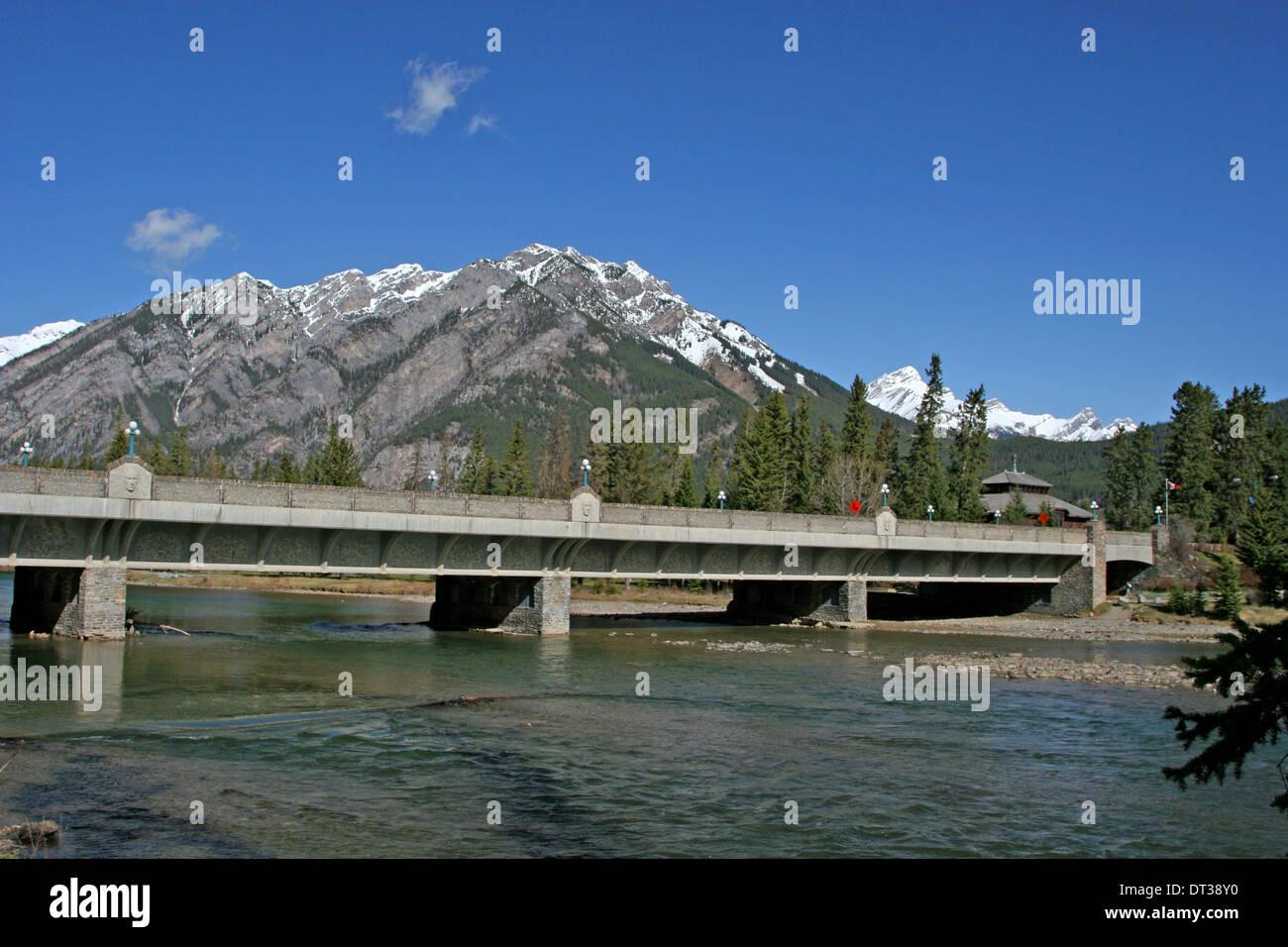 Bow River Bogenbrücke Banff und Bow Falls Banff Nationalpark kanadischen Rocky Mountains Kanada Stockbild