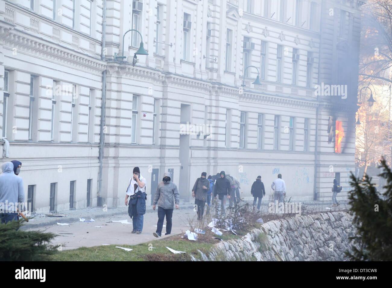 Sarajevo, Bosnien und Herzegowina. 7. Februar 2014. Feuer gilt innerhalb der Regierung Gebäude des Kantons Sarajevo, als Demonstranten mit der Polizei rund um das Gebäude in Sarajevo, die Hauptstadt von Bosnien und Herzegowina, am 7. Februar 2014 kollidieren. Mehr als 2.000 Demonstranten hier stießen mit der Polizei gewaltsam am Freitag, Brandstiftung auf die Presidential Gebäude und Regierung Gebäude des Kantons Sarajevo. Bildnachweis: Haris Memija/Xinhua/Alamy Live-Nachrichten Stockbild
