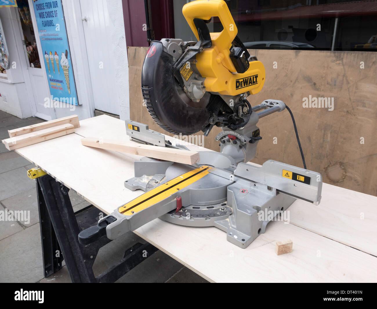 monteur die werkbank auf dem bürgersteig mit der holzbearbeitung