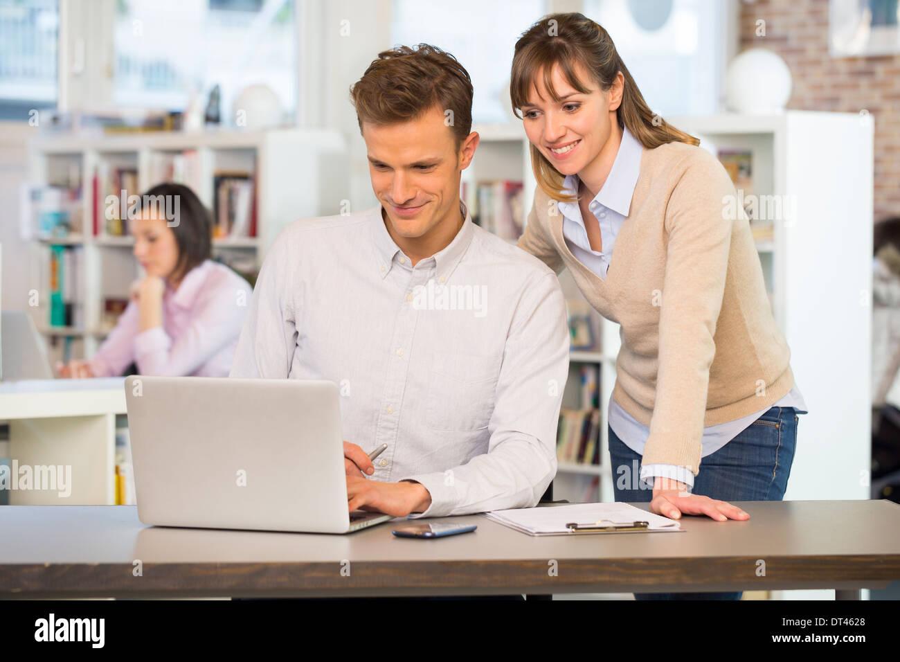 Geschäftsleute glücklich Schreibtisch Laptop lässig Stockbild