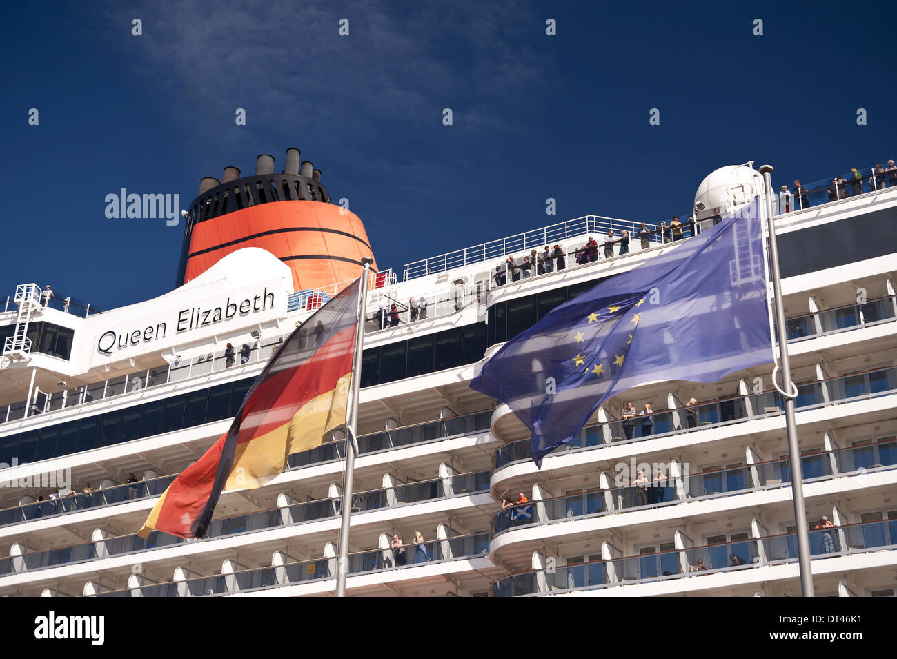 Kreuzer Queen Elizabeth im Hafen von Kiel, Deutschland, Stockbild