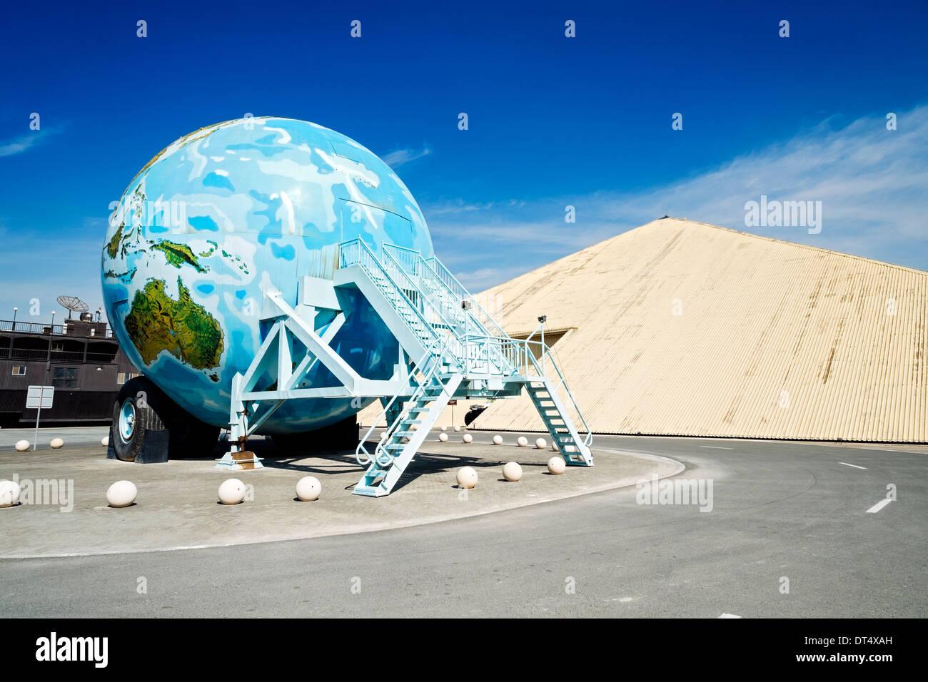 Pyramide geformt Emirates National Auto Museum mit Erde geformte große Karawane außerhalb Abu Dhabi, Vereinigte Arabische Emirate Stockbild