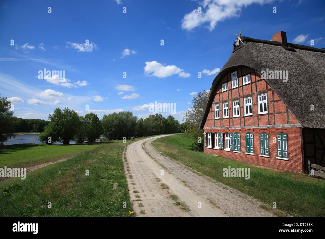 Elbe-Radweg, gerahmte Haus am Deich der Elbe, Besandten in der Nähe ...