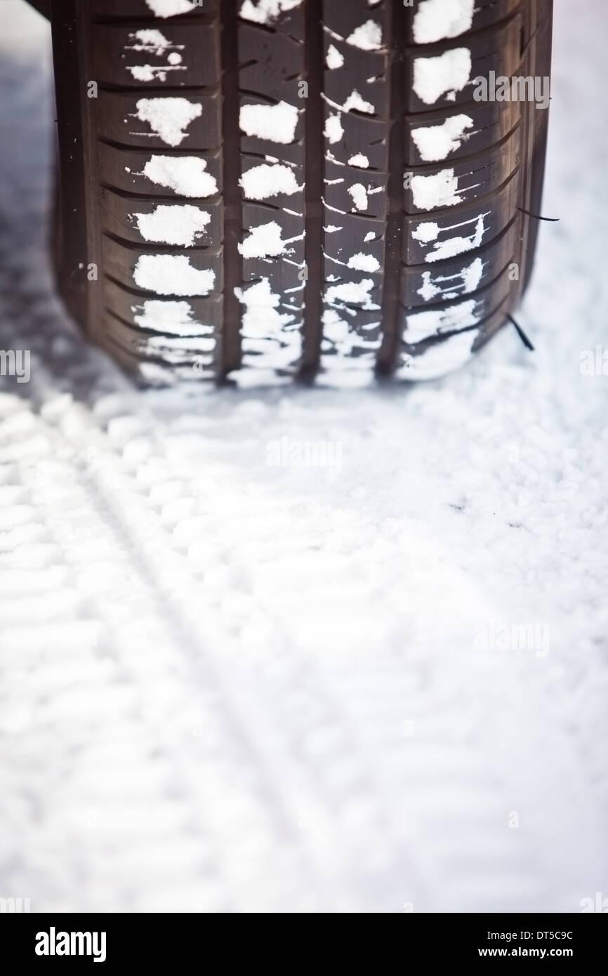 Nahaufnahme Schuss ein Autoreifen im Schnee Stockfoto