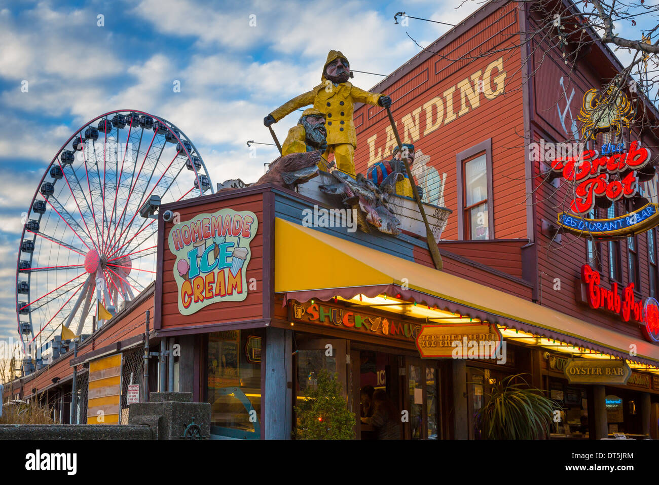 Bergmanns Landung und das große Rad an Seattle Waterfront in Richtung Elliott Bay Stockbild