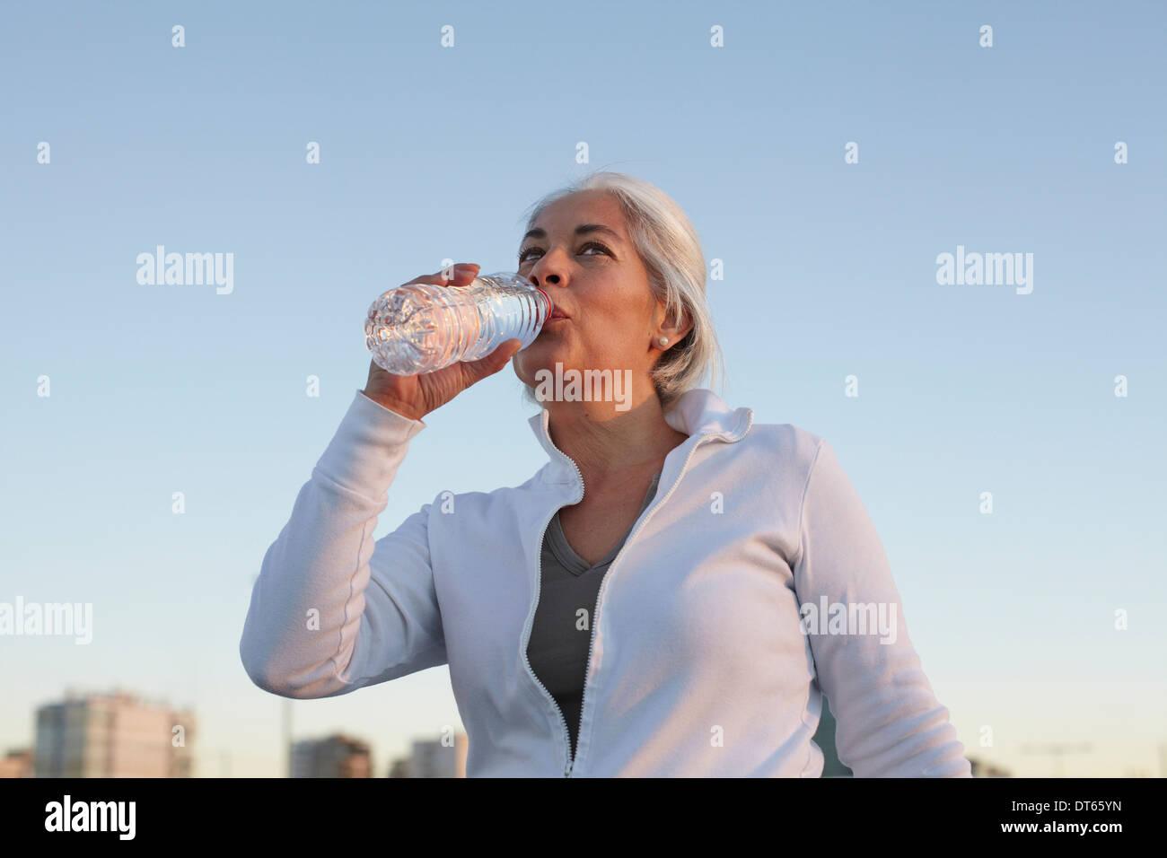 Reife Frau auf Gehtraining Stockbild
