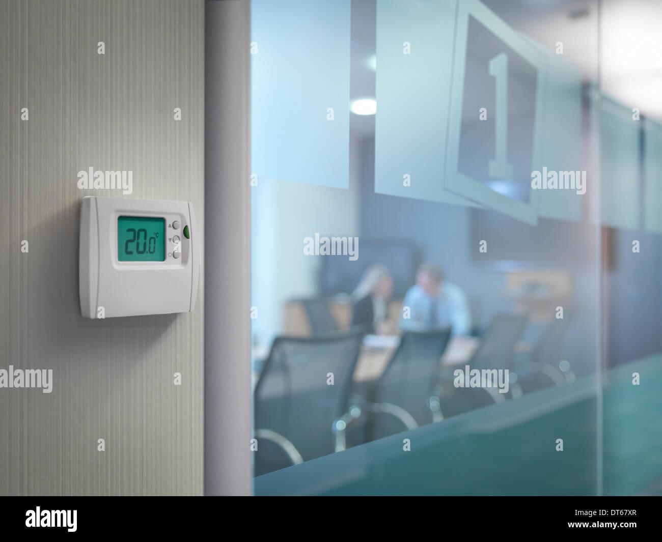 Thermostat außerhalb Konferenzraum mit Büroangestellte in treffen Stockbild