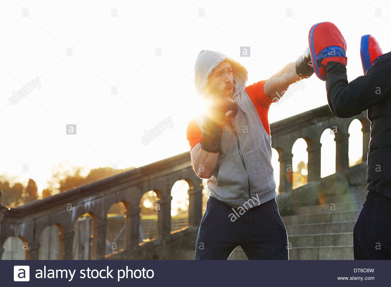 Junger Mann Boxtraining mit Lehrer Stockbild