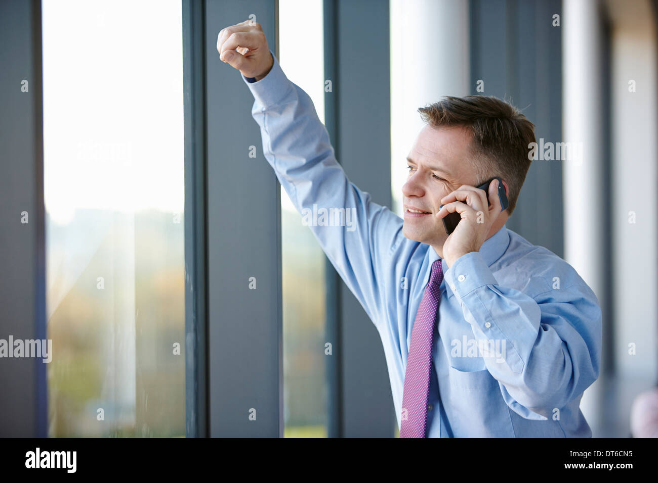 Geschäftsmann am Handy Stockbild