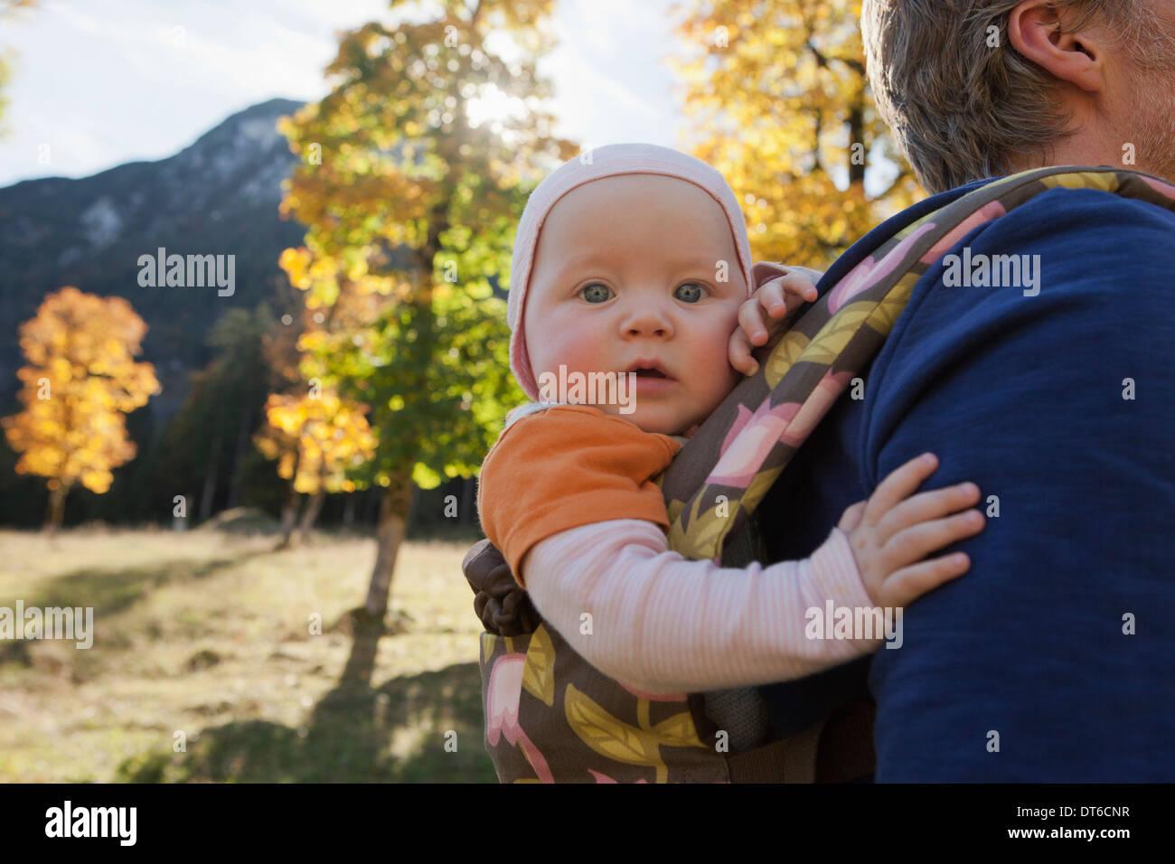 Vater mit Tochter in Träger Stockfoto