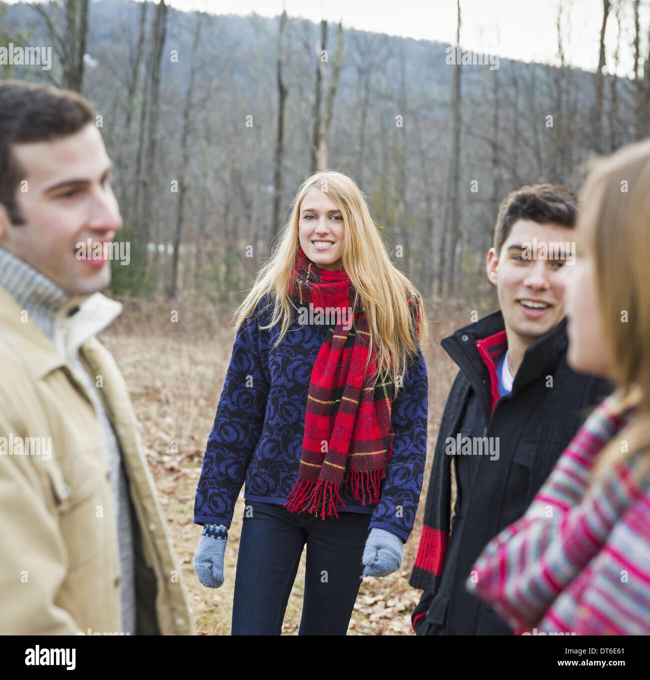 Eine Gruppe von vier Personen im Freien an einem Wintertag. Stockbild