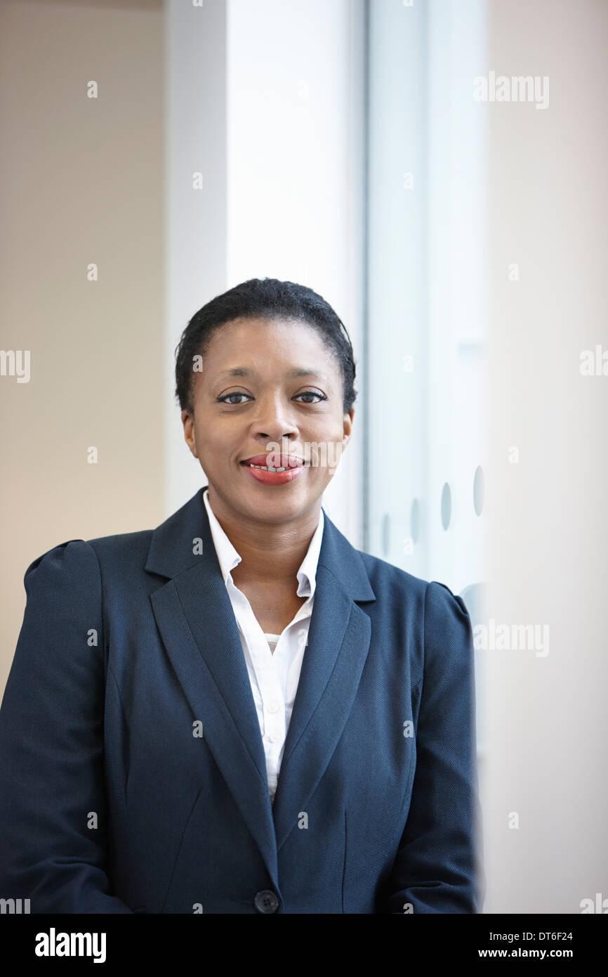Porträt der Geschäftsfrau Blick in die Kamera Stockbild