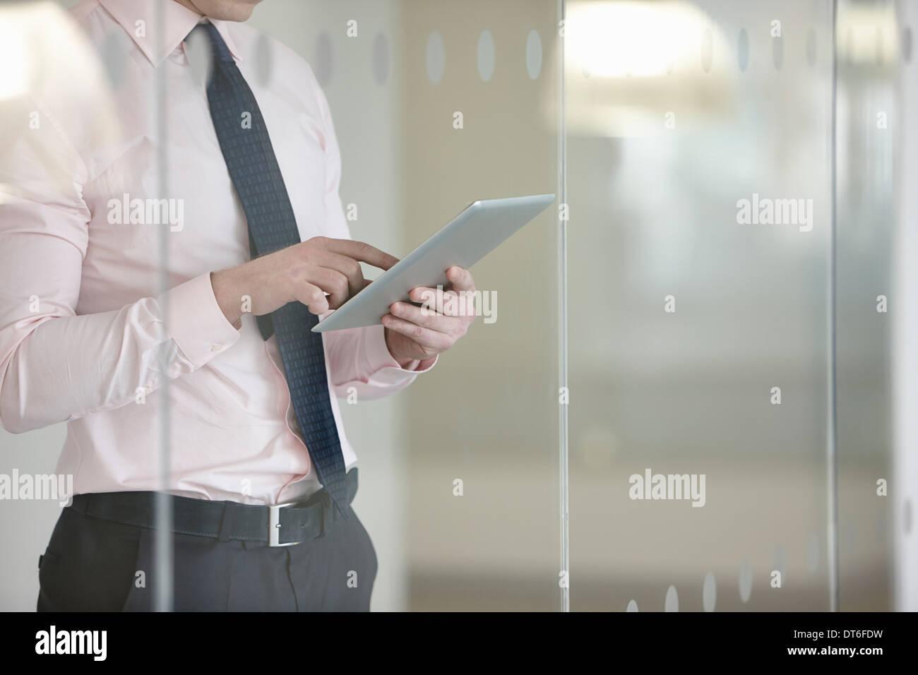 Geschäftsmann verklagt digital-Tablette Stockbild