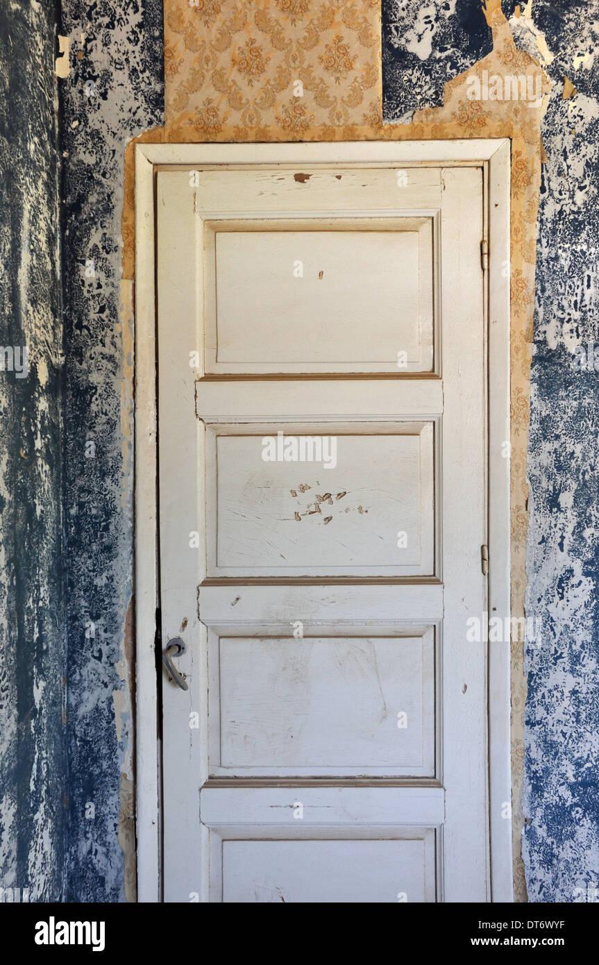 Nice Hölzerne Tür Peeling Wand Und Zerrissene Vintage Tapete In Verlassenen Haus.