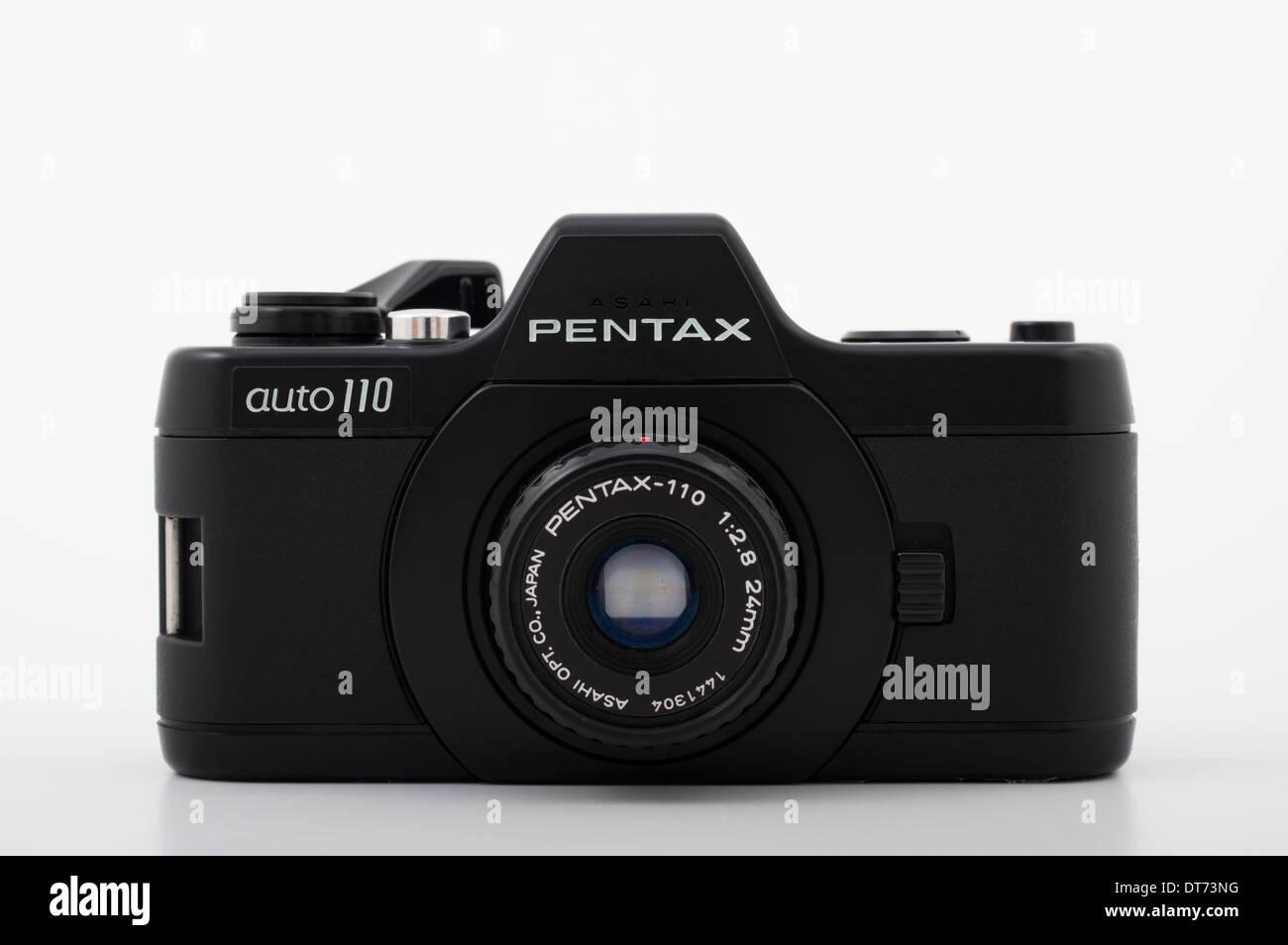 Pentax Auto 110 Film SLR-Kamera mit kompakten 110 film Stockfoto