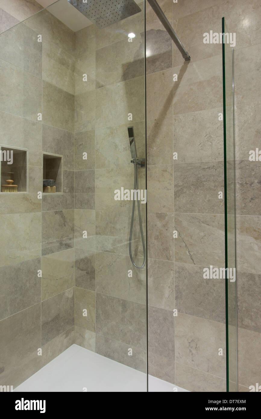 LuxusBadezimmer Mit Mandarin Stein Fliesen Und Boden Stockfoto - Steinfliesen für den boden