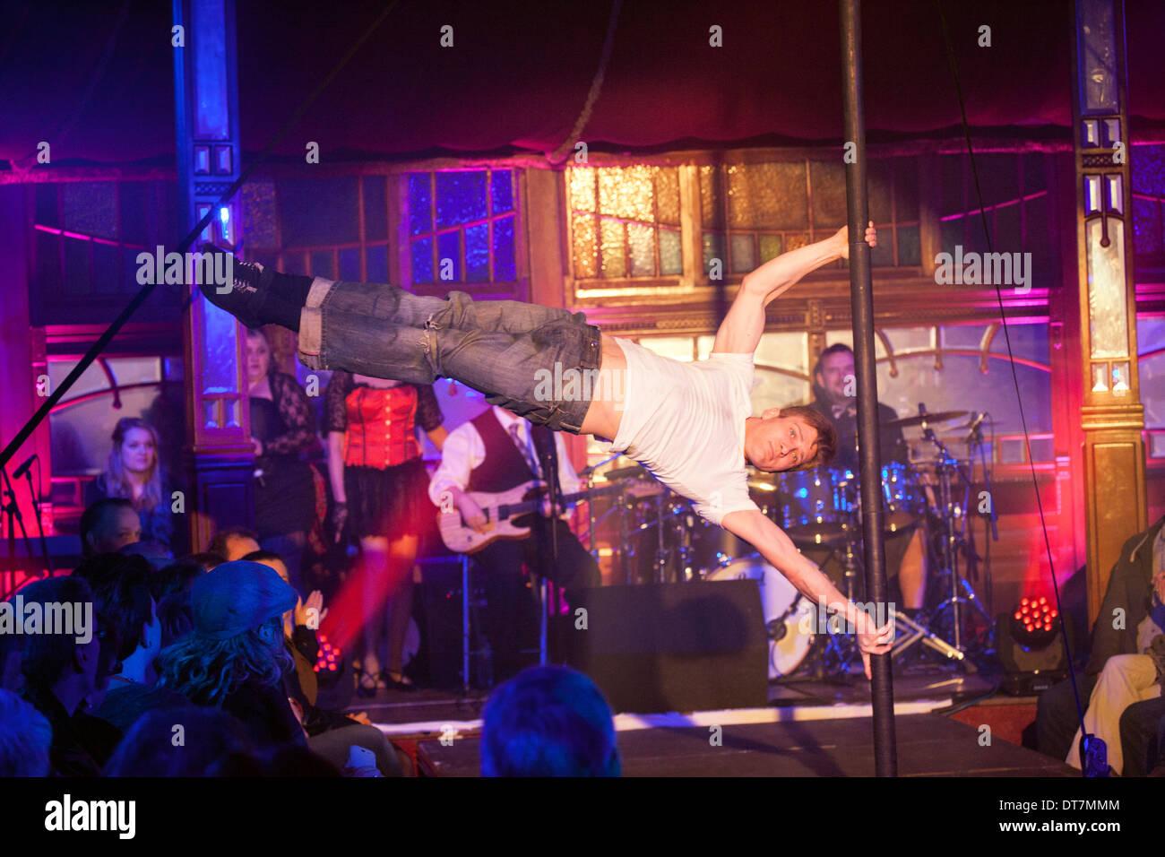 Großen Burns Supper 2014, Dumfries, Le Haggis, Edd Muir Kabarett Pole dance. Oberkörper Stärke Gleichgewicht Acrobat starke Stockbild