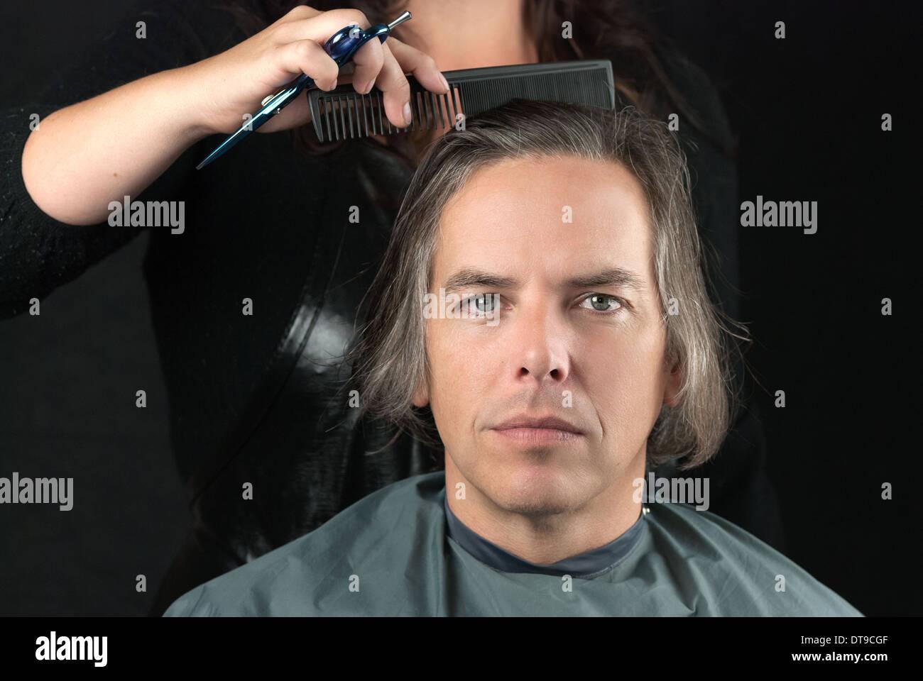 Mann Immer Lange Haare Gekämmt In Vorbereitung Für Schnitt