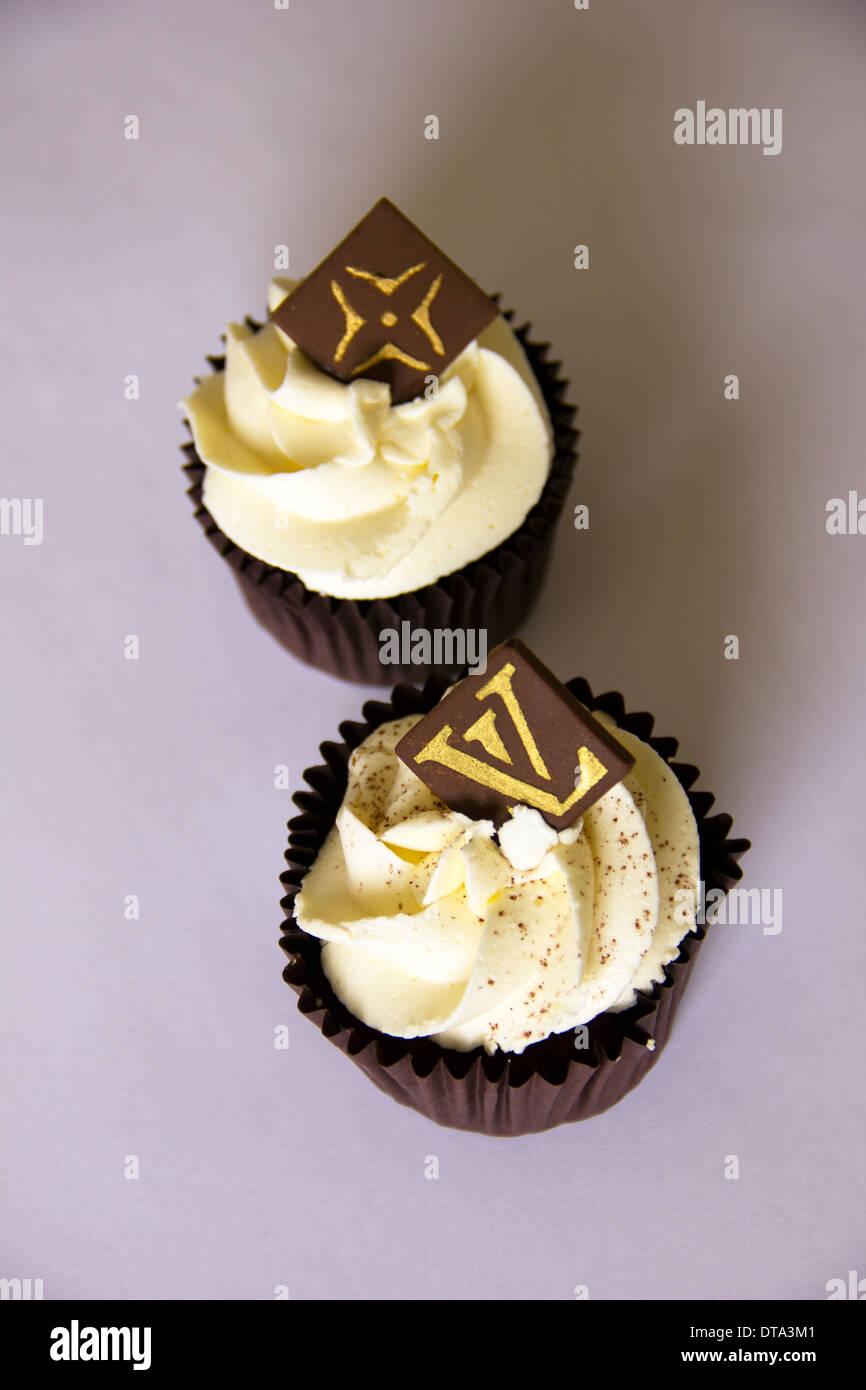 Designer Cupcakes Mit Louis Vuitton Logo Auf Choc Chip Stockfoto