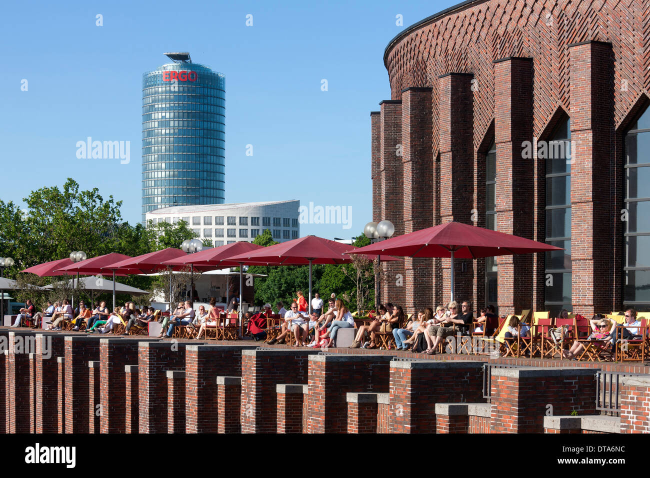 d sseldorf tonhalle terrasse mit biergarten und liegest hlen stockfoto bild 66607672 alamy. Black Bedroom Furniture Sets. Home Design Ideas